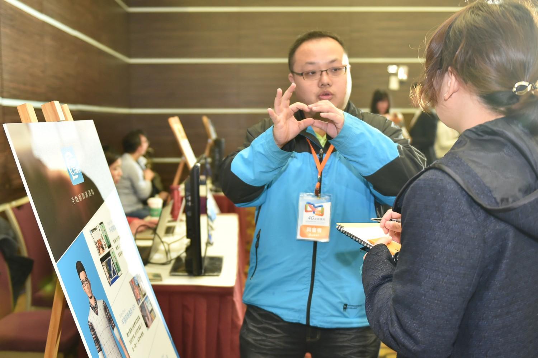 Signchat為台灣第一手語翻譯神器,聽障朋友可以任意將想說的話轉化成文字,文字亦可快速轉化為手語動畫,即時通訊更便利