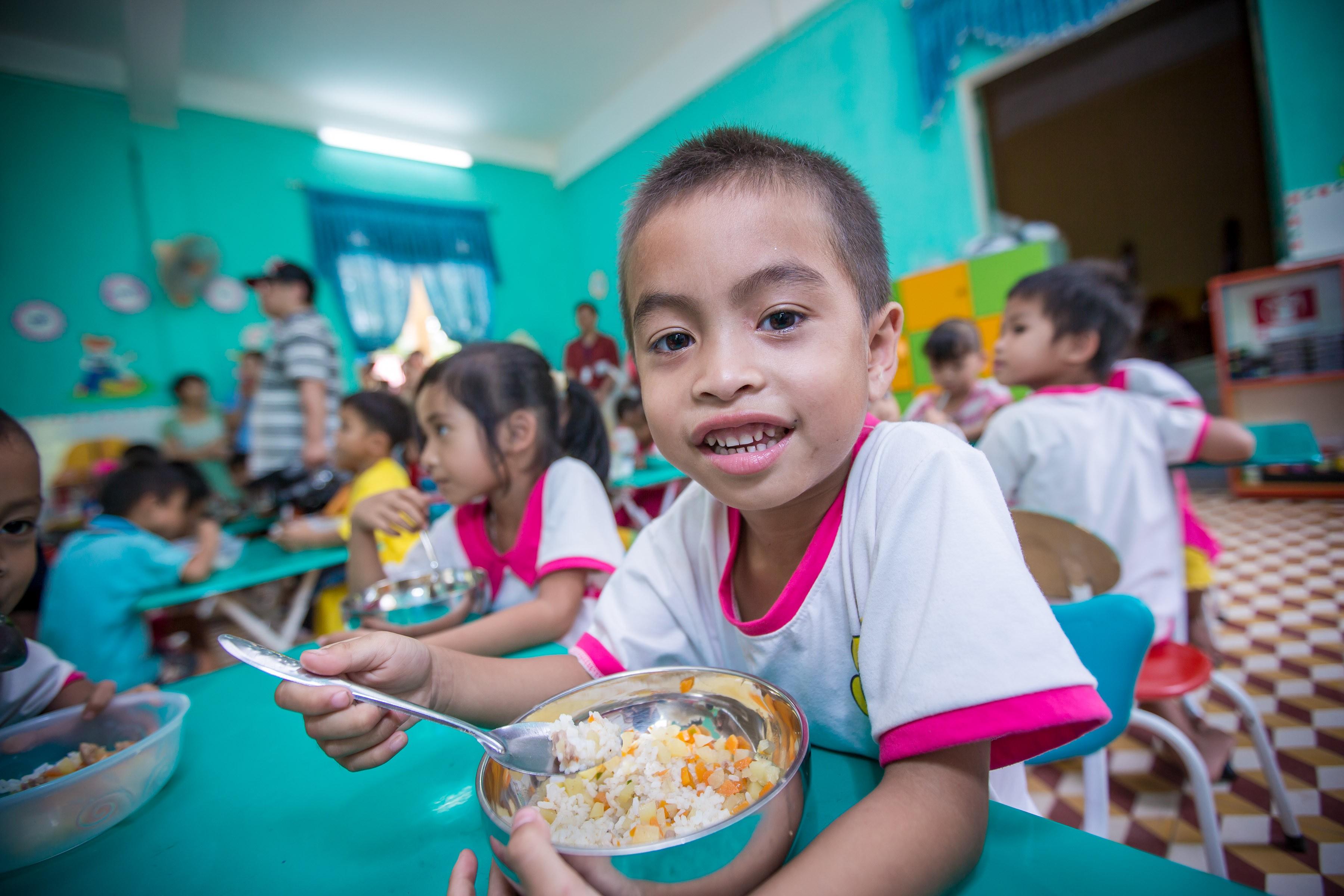 越南達克隆幼兒照顧中心,孩子正在享用營養餐