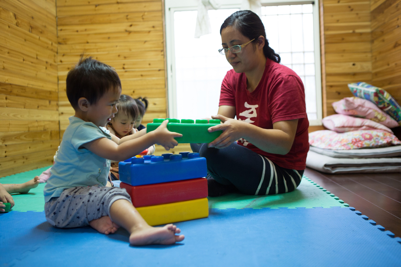 新竹馬里光幼兒照顧中心,由至善培力的部落媽媽正照顧當地學齡前幼兒