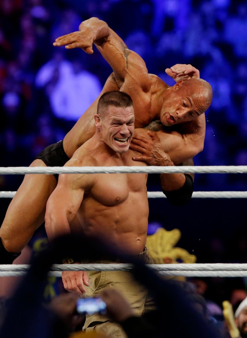 希南在 2013 年「摔角狂熱」中對上巨石強森
