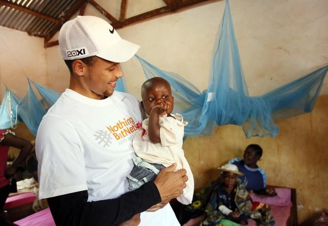 金州勇士隊球員柯瑞在 2013 年 7 月 30 日參與「Nothing But Nets」發送防治瘧疾蚊帳的行程,在坦尚尼亞尼亞 Nyarugusu 難民營醫療中心留影
