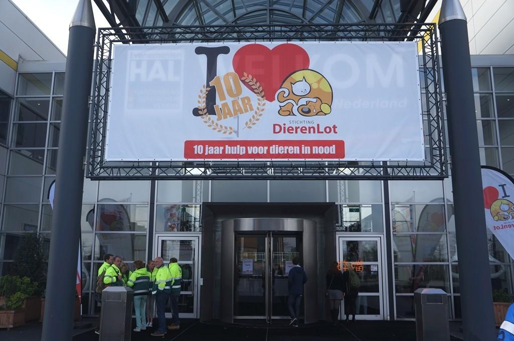 4/16 甫落幕,由動物機運協會資助辦理的第 11 屆荷蘭全國動物救援研討會會場入口。攝影/碎嘴