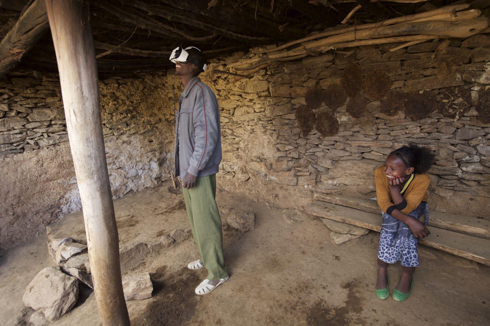 在「水慈善」衣索比亞影片中出現的當地居民正觀賞虛擬實境影片/圖片來源:水慈善