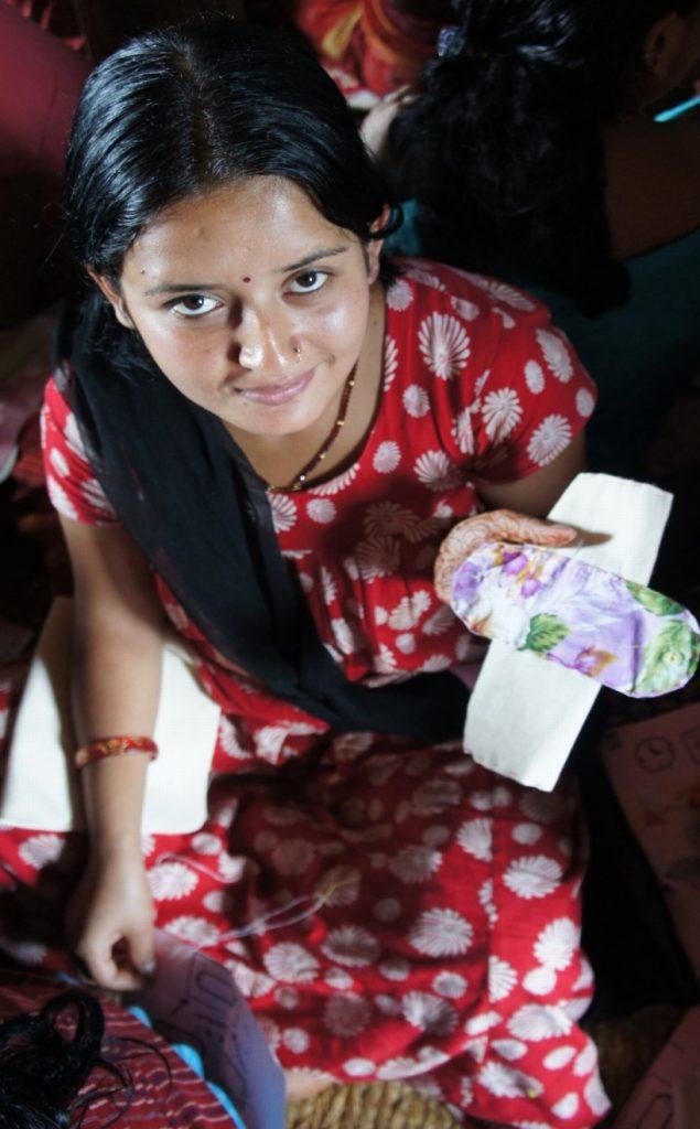 願景青年志工在尼泊爾推廣衛教,並分送不衛生棉給當地女性。 圖片來源:丁元亨