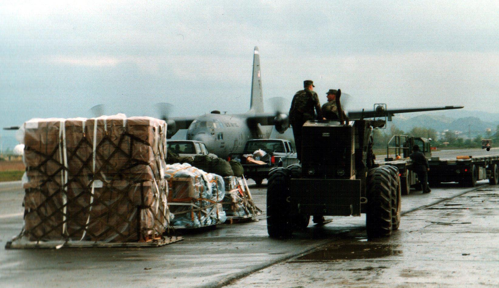 2000 年,人道援助物資運抵阿爾巴尼亞