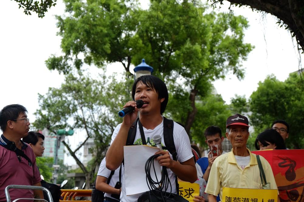 王繼維拿著麥克風,在台北的炙熱太陽下,賣力地喊出訴求。