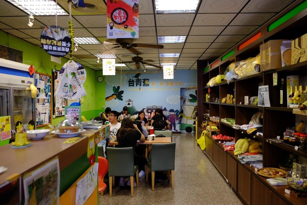 「台青蕉香蕉創意工坊」不但是王繼維經濟來源的所在,更是他投入社區運動的指揮中心