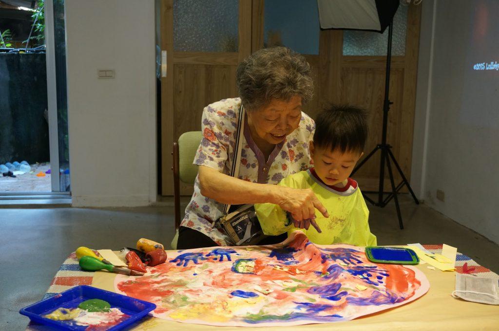 曹恩慈發現老幼共學能激發長者的藝術潛能。 圖片提供:「小雪人與小小藝術家」粉絲專頁