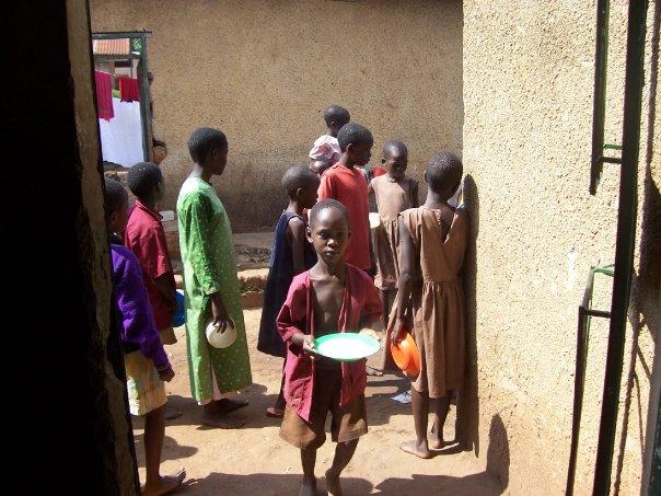 花在參加短期孤兒院之旅的大把公益旅行團費,可以拿來餵飽這些孤兒,讓他們吃上好一陣子