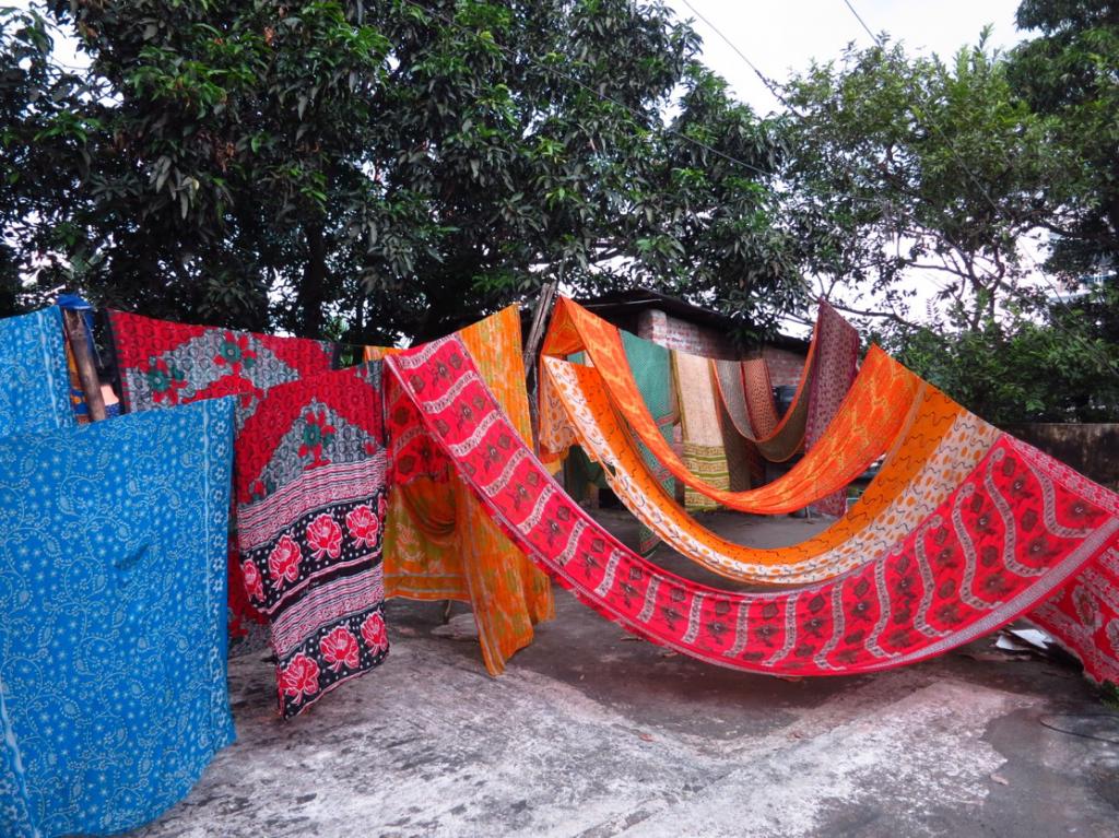 繭裹子另有販售回收紗麗作成的衣服,每一件都獨一無二,藉此推廣印度文化/圖片來源:繭裹子