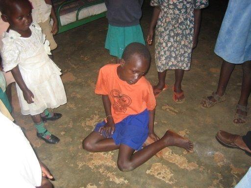 這個小男孩需要專業醫療技術來治療他的腳踝,而不是快閃志工發放的彩色手環