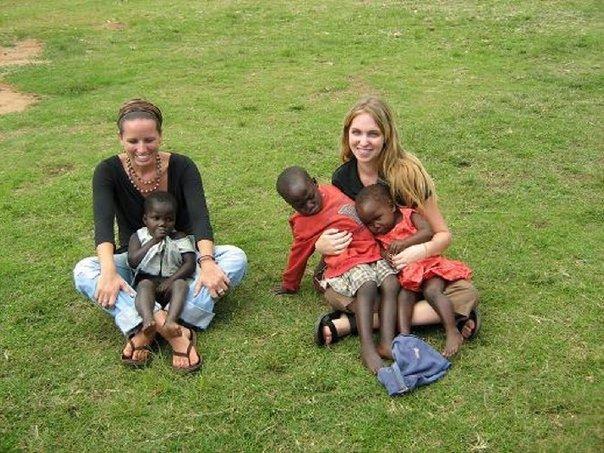 右邊的長髮女孩就是我,懷中還有兩個看起來極度不舒服的小朋友