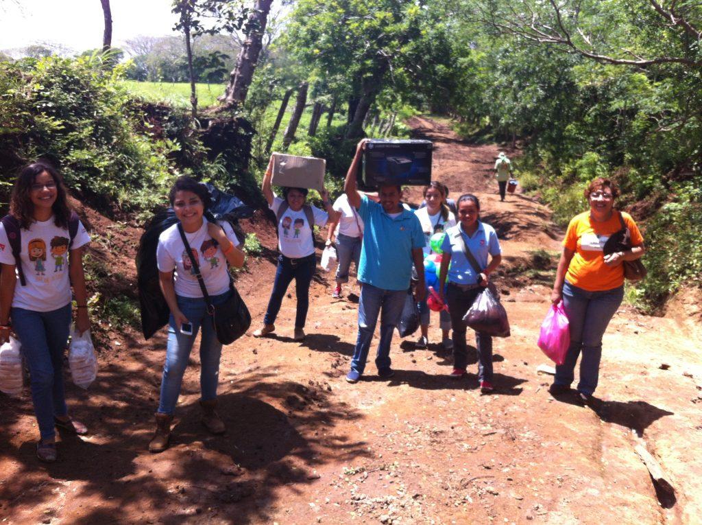 大學生徒步走泥濘道路到鄉間小學2