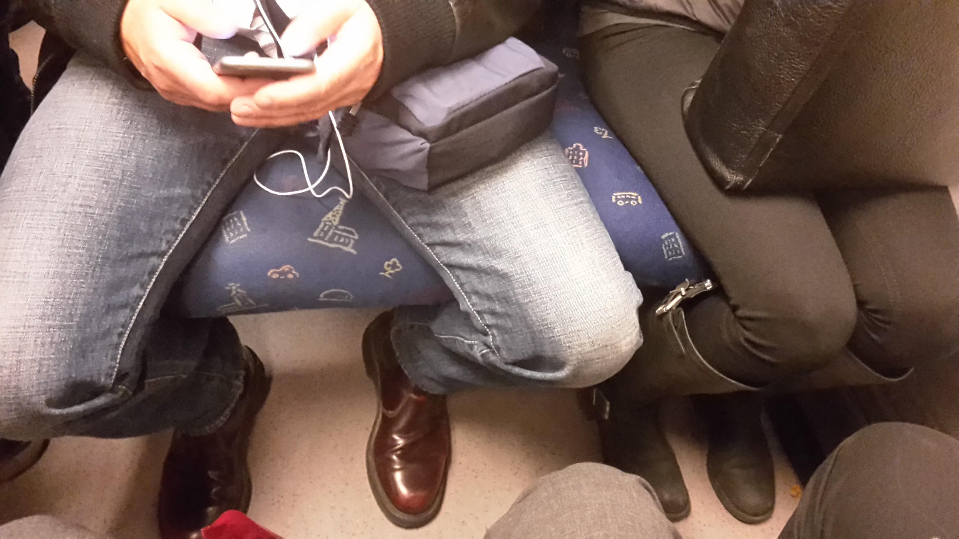 大眾交通工具上,男性習慣把腳張開,無形中壓縮了女性的空間。/ 圖片來源:Peter Isotalo