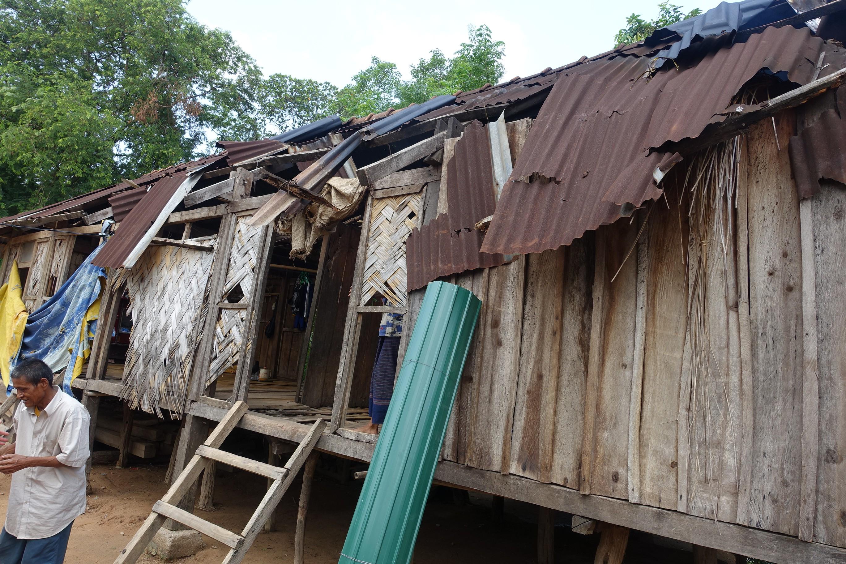 圖/胡文芳一家 13 口,住在這間破舊屋子裡