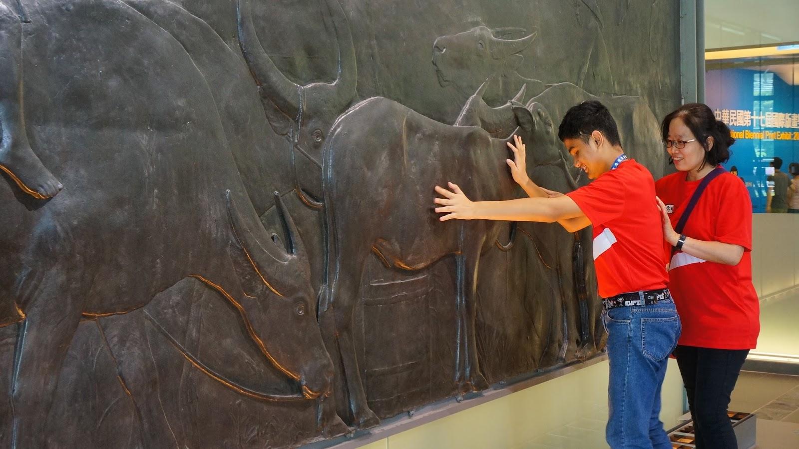 非視覺美教育協會帶領視障者進入美術館,透過觸覺,感受藝術/圖片來源:臺灣非視覺美學教育協會