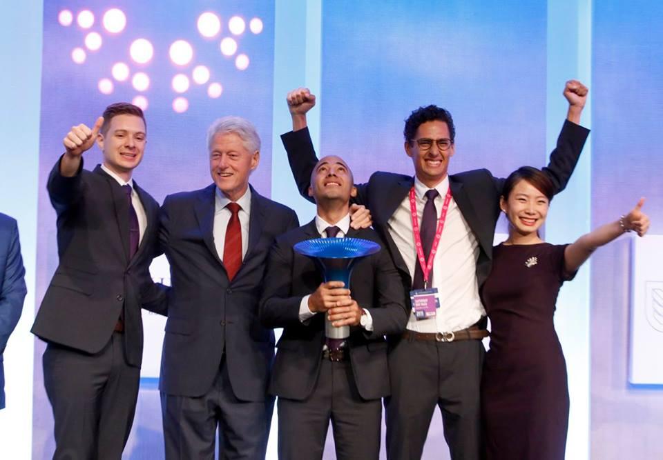 2015年獲得霍特獎世界冠軍的 IMPCT 4 位創辦人與柯林頓合影。左一為史泰磊(Taylor Scobbie),右一到右三分別為:陳安穠、艾安禮(Andres Escobar)、潘方砥(Juan Diego)。圖片來源/IMPCT 粉絲團