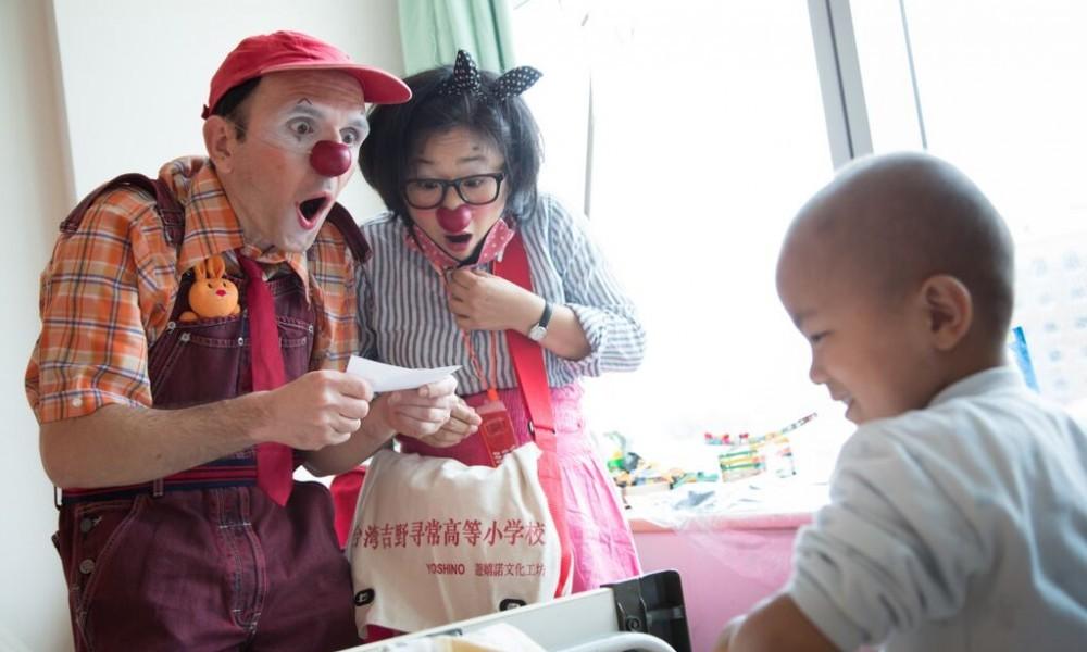 紅鼻子醫生創辦人為劇團出身,跨足病房陪伴服務,成功創新/圖片來源:沙丁龐克劇團
