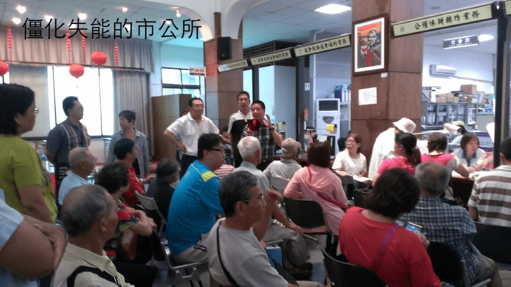 公務單位內大排長龍等領補助的狀況。/圖片提供:鯉魚山城鄉文化會社 蘇雅婷