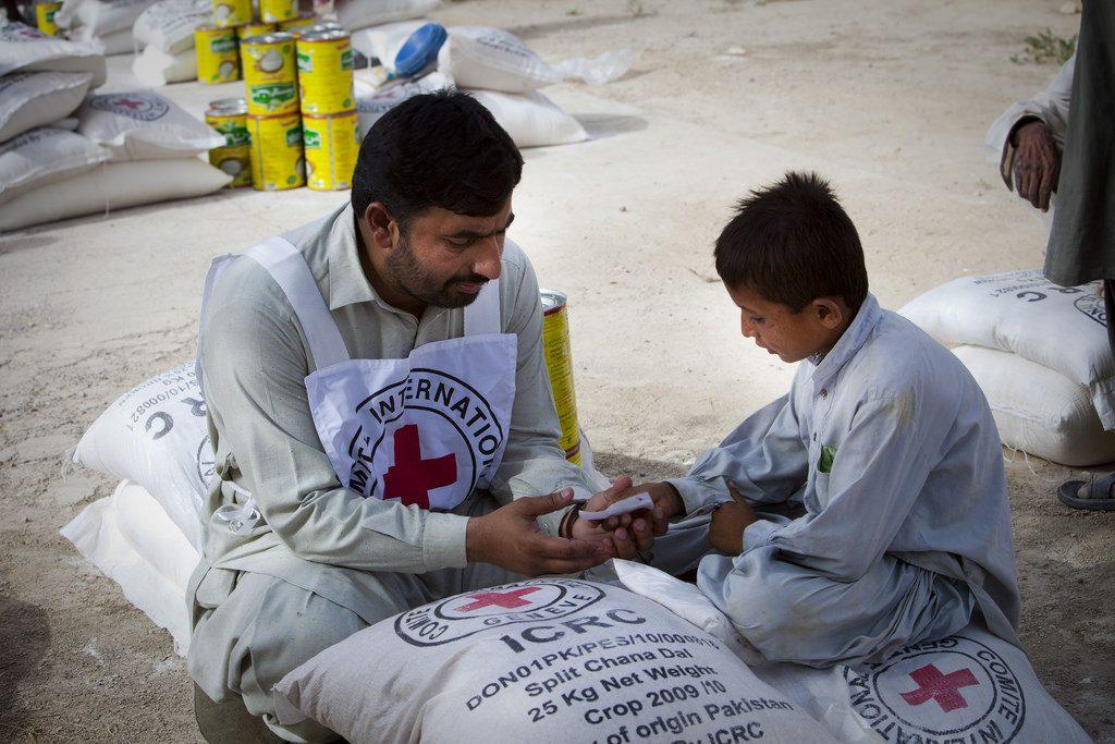 紅十字會不分國際,白底紅十字的 logo 非常容易辨別。/圖片來源:ICRC @ Flickr